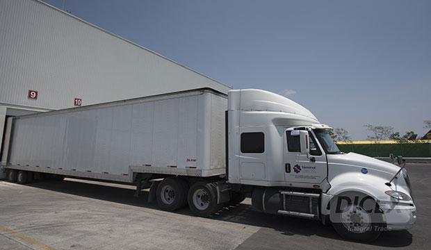 Trailer esperando en anden de carga