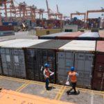 Revisión de contenedores en puerto