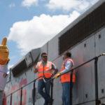 Tren de carga recibe instrucciones de personal