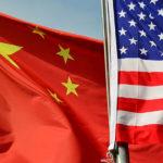 Bandera de China ondea junto a bandera de Estados Unidos