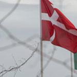 Bandera de Dinamarca y México ondean.